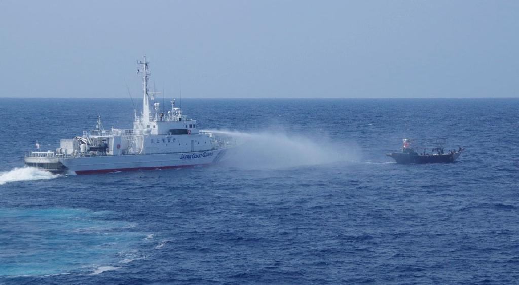 大和堆周辺で北朝鮮漁船に放水する海上保安庁の巡視船=7月中旬(同庁提供)