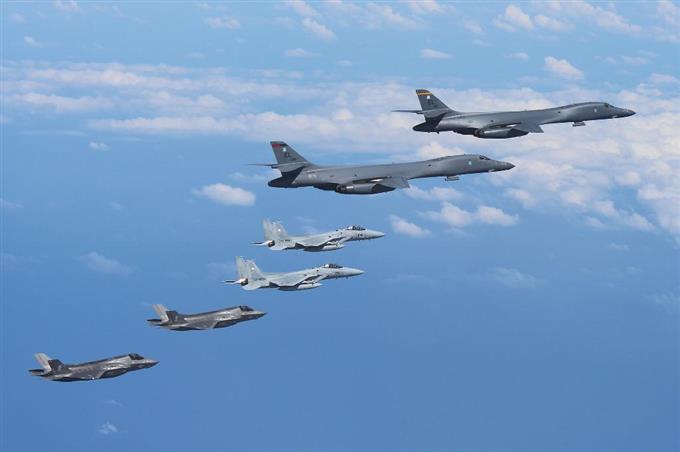 米軍機、空自と共同訓練 韓国軍...