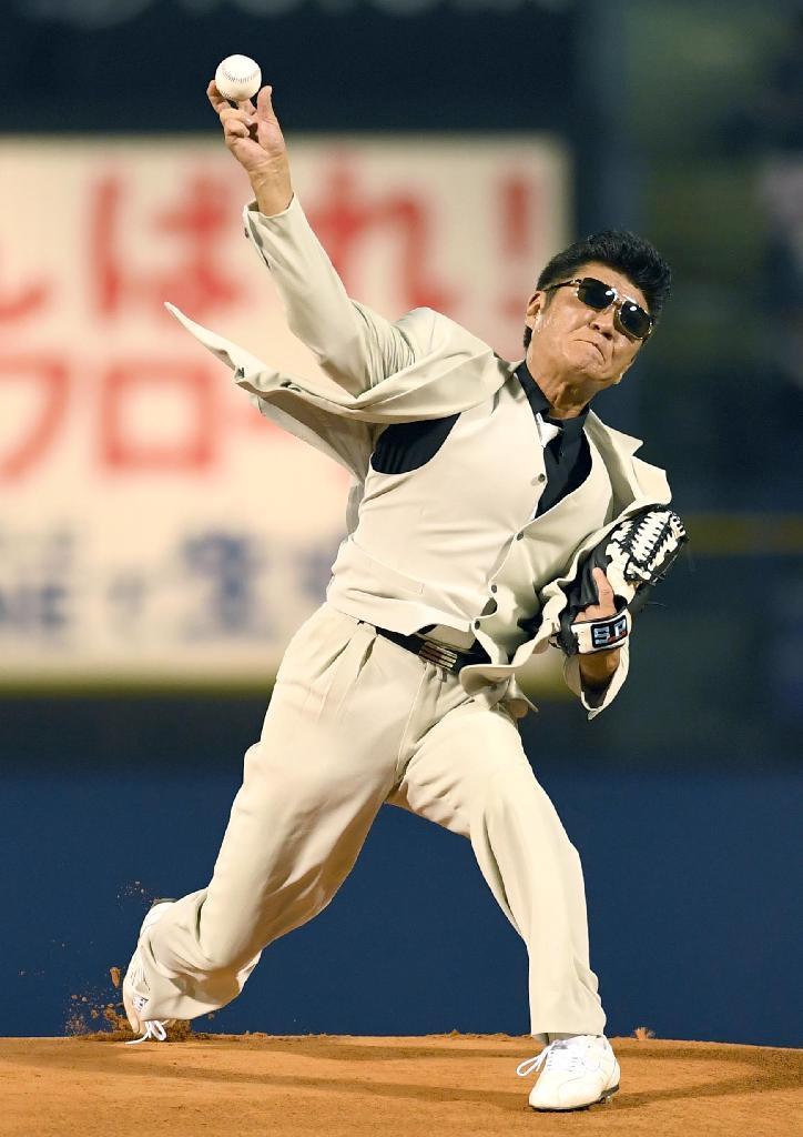 【芸能】小沢仁志がグラドル従え始球式 「120キロ出す」豪語も球速94キロ…「悔しい!」