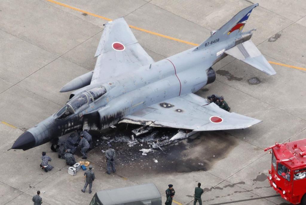 産経フォト主脚折れ燃料に引火 F4戦闘機が炎上、百里基地