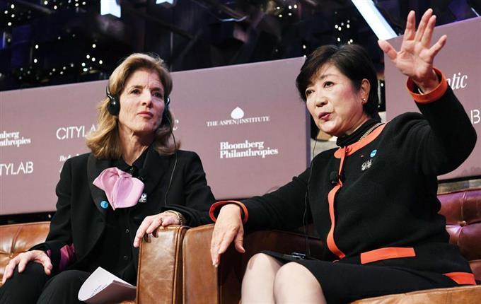 国際会議で、キャロライン・ケネディ前駐日米大使と対談する東京都