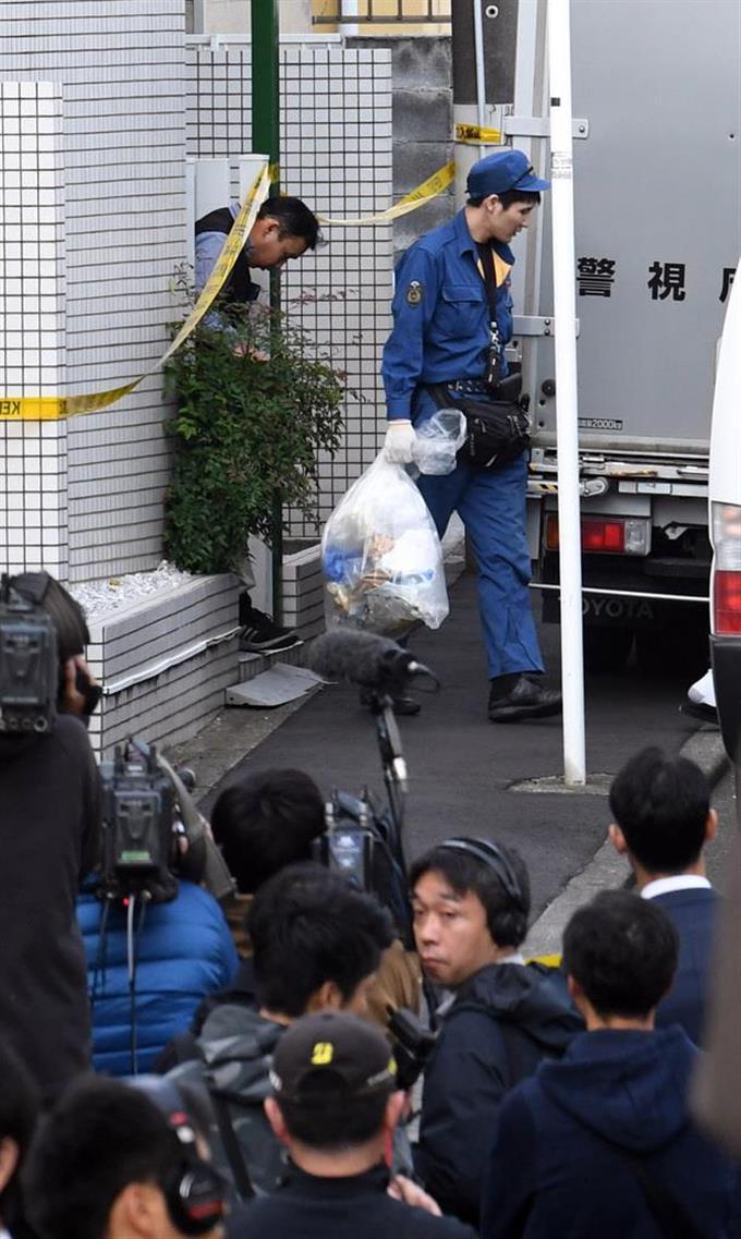 複数の遺体が見つかったアパートを調べる捜査員ら =31日午後
