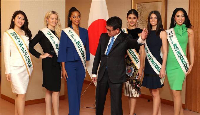 河野外相(中央)を表敬訪問したミス・インターナショナルの美女たち。2017年のグランプリ、ケビン・リリアナさん(右から3人目)、5位の筒井菜月さん(右端)、2018年ミス・インターナショナル日本代表の杉本雛乃さん(左端)ら=15日午後、外務省(飯田英男撮影)