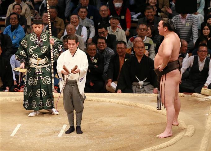 弓取式が始まっても土俵に立ち続ける白鵬=福岡国際センター(撮影・仲道裕司)