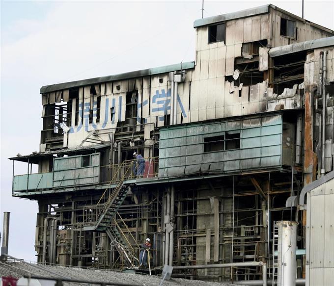 工場爆発火災で現場検証 荒川化...