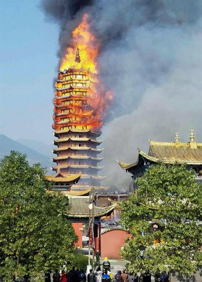 中国明朝の木塔全焼 「霊官楼」...
