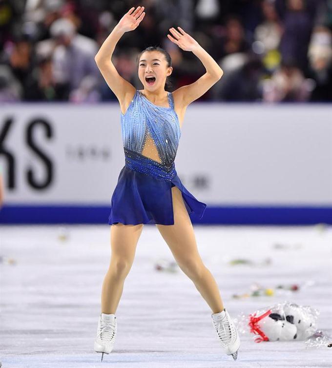 女子ショートプログラム(SP)の演技を終え、笑顔を見せる坂本花織