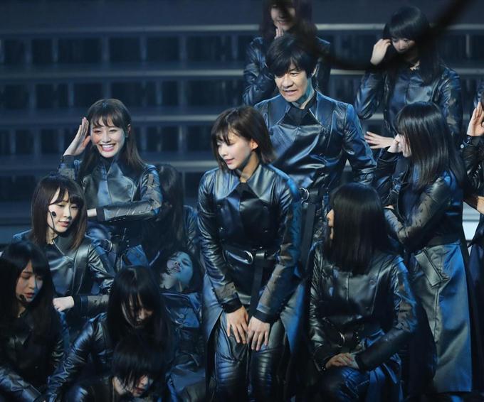 欅坂46のダンスに内村光良(中央上)が乱入。演技
