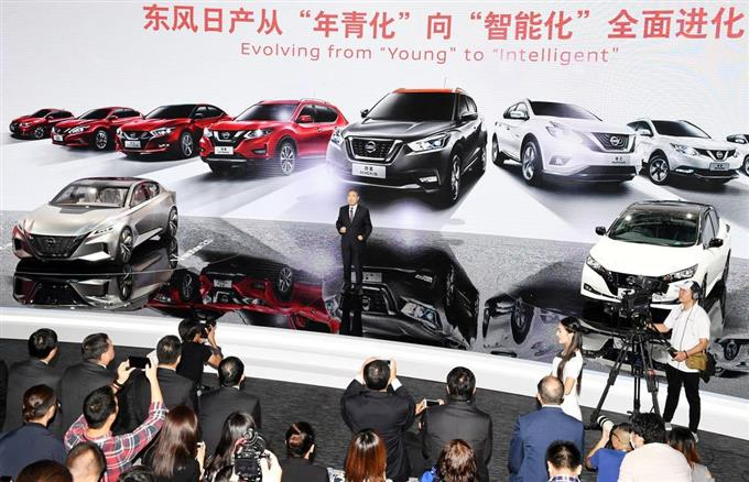 「広州国際モーターショー」で記者発表する日産自動車の幹部(中央)=2017年11月、中国広東省(共同)