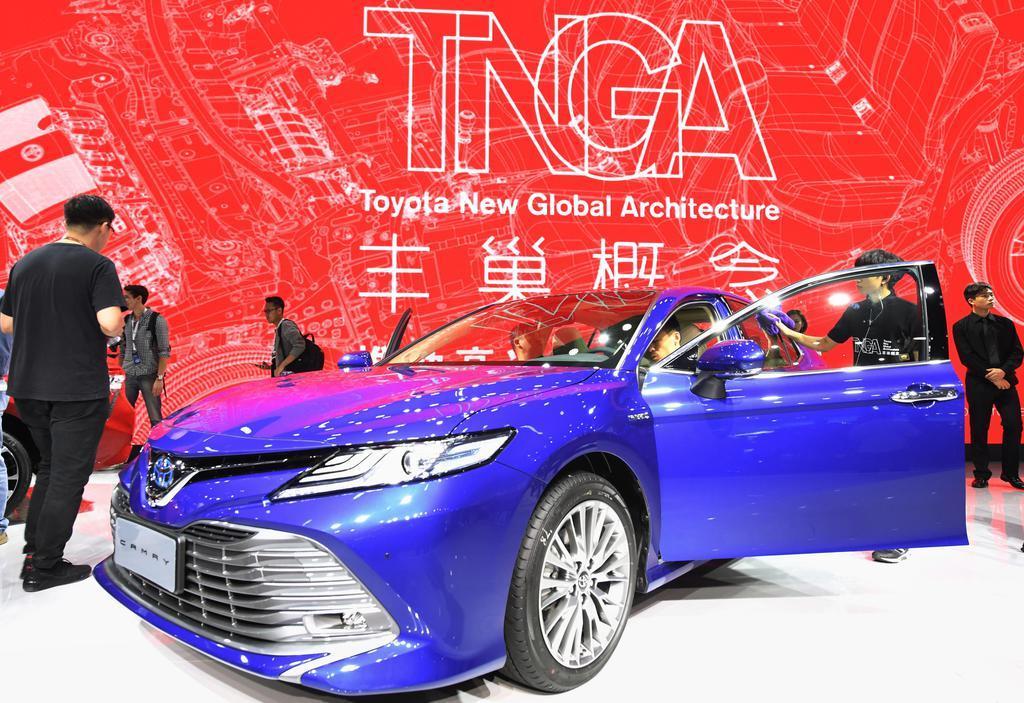 「広州国際モーターショー」で展示されるトヨタ自動車の車=2017年11月、中国広東省(共同)