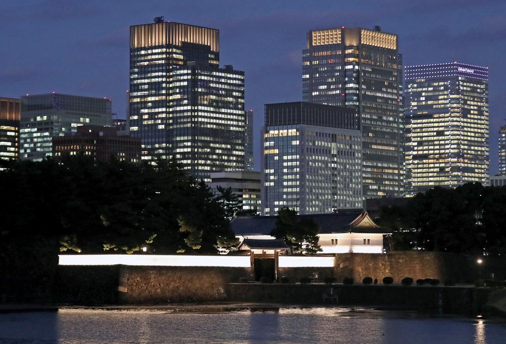皇居外苑の背景にそびえる高層ビル群=東京都千代田区(桐原正道撮影)