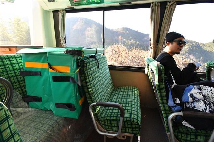 奈良交通の路線バスに載せられたヤマト運輸の宅配便 =奈良県内(沢野貴信撮影)