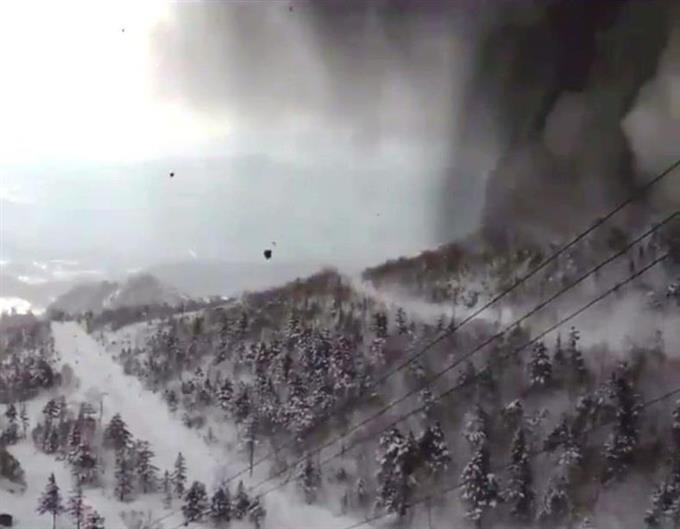 陸自隊員1人が死亡 本白根山噴火後、雪崩に巻き込まれ 12人負傷 ...