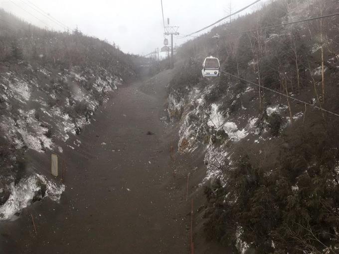 ゴンドラ下に黒い雪面、本白根山が噴火 取り残された全員を ...