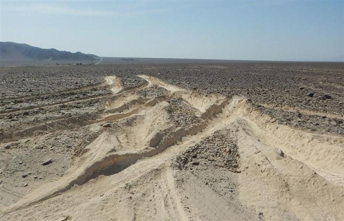 地面が削られたナスカの地上絵