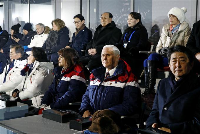平昌五輪の開会式を見る(前列右から)安倍首相、