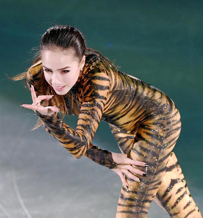 平昌五輪のエキシビションで演技するアリーナ・ザギトワ=江陵(共同)