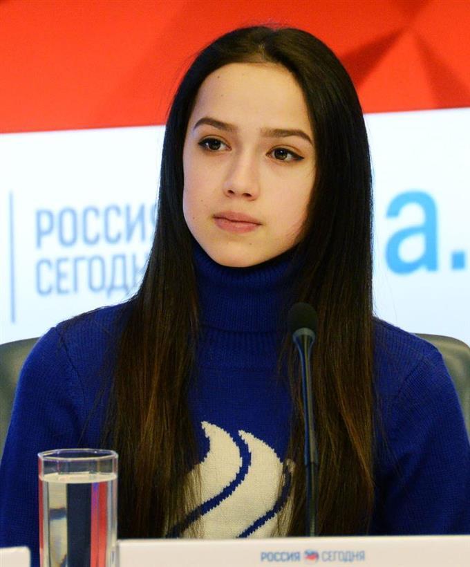 記者会見するフィギュアスケートのアリーナ・ザギトワ=1日、モスクワ(共同