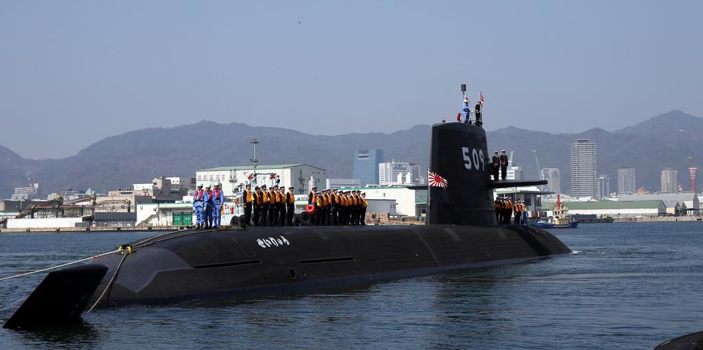 関係者に見送られ離岸する潜水艦「せいりゅう」=12日、兵庫県兵庫区の三菱重工業神戸造船所(前川純一郎撮影)