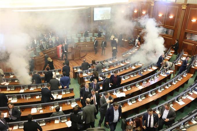 議場に催涙ガス コソボ議会で野党議員ら抵抗 - サッと見ニュース ...