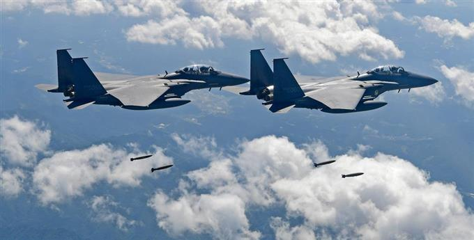 韓国軍のF-15K戦闘機=2017年9月撮影( PROVIDED BY SOUTH KOREA DEFENSE MINISTRY AP)