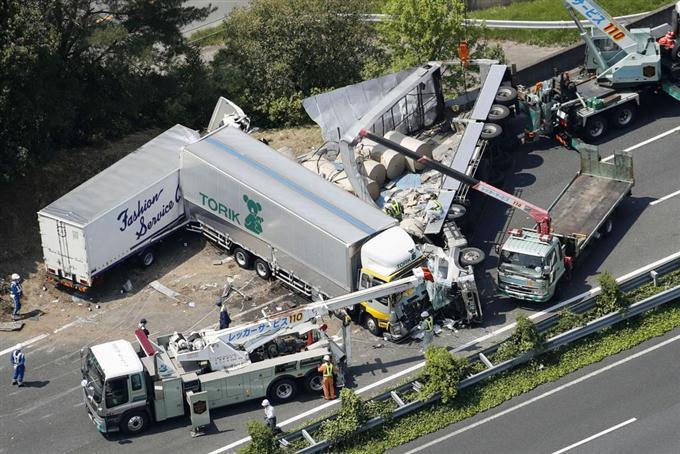 関越道事故で3人重軽傷 トレーラ...