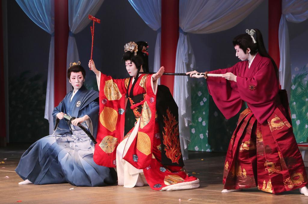 産経フォト芸舞妓ら艶やかな舞台を披露 京都・鴨川をどり前夜祭