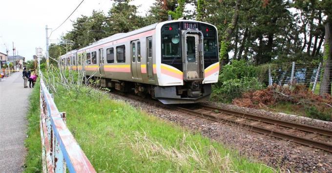 列車にひかれる前、絞殺か 死亡...
