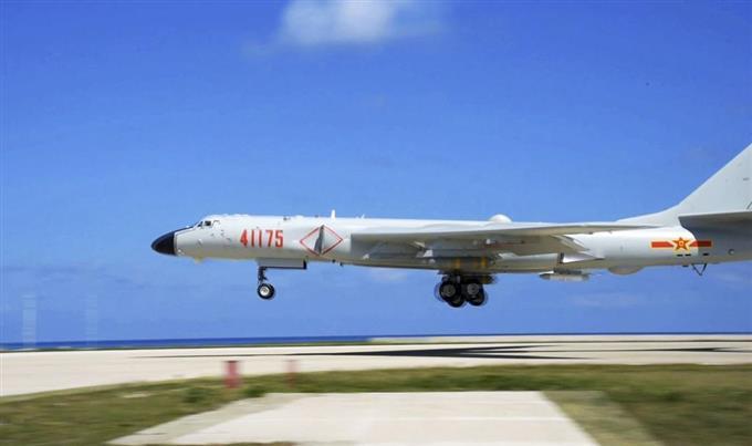中国爆撃機が離着陸訓練 南シナ...
