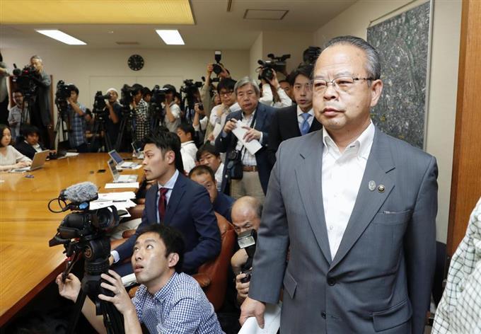 狛江市長、セクハラを否定 進退...