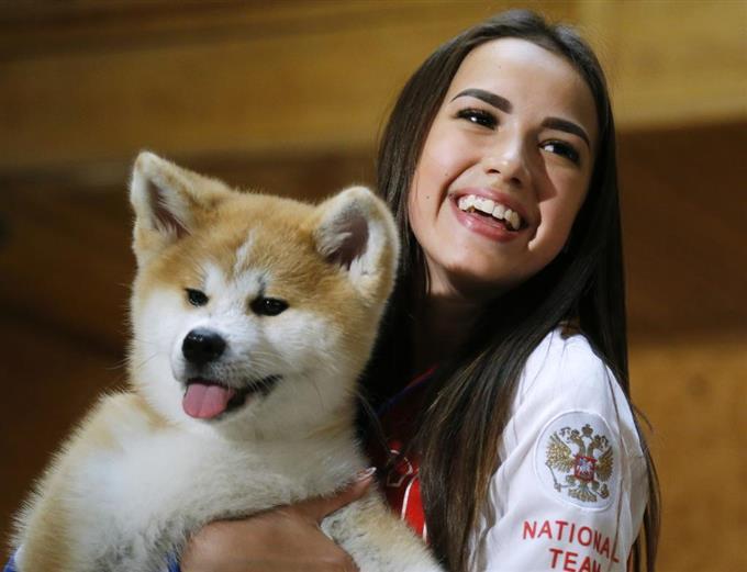 贈呈された秋田犬の子犬を抱くアリーナ・ザギトワ選手=26日