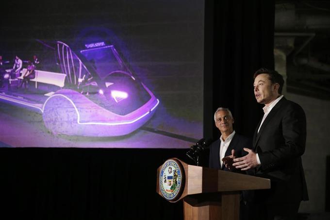 14日、米シカゴで高速交通システム計画について記者会見するテスラのマスクCEO(右)ら(AP=共同)