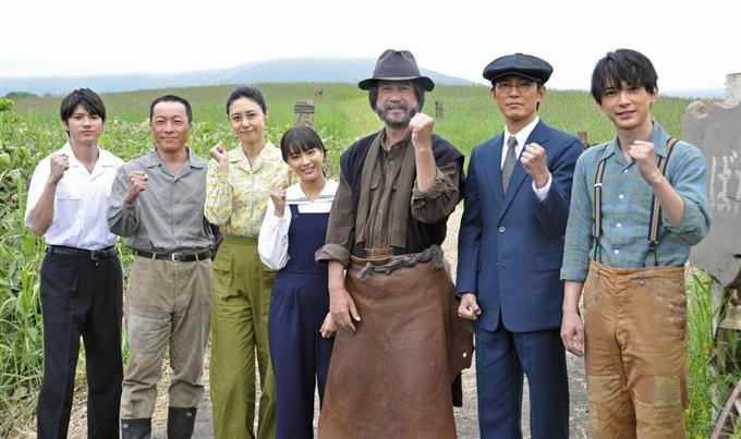 来年4月開始のNHK連続テレビ小説「なつぞら」のロケ地、北海道新得町でポーズをとる広瀬すずさん(中央)ら出演者=19日