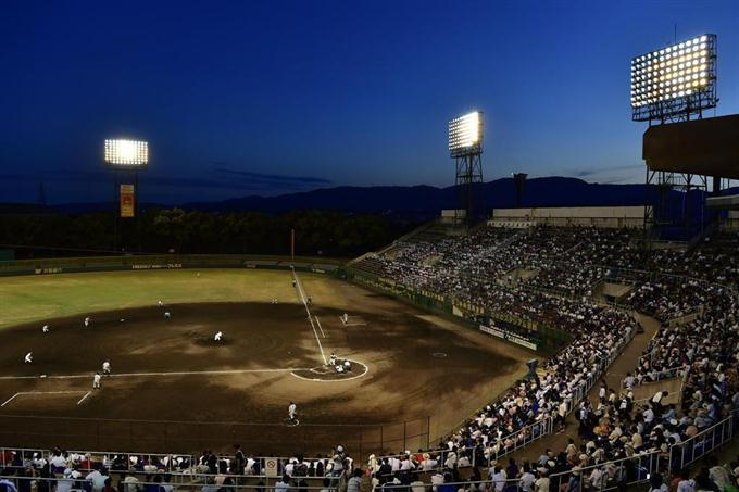 猛暑のためナイター開催となった、全国高校野球選手権京都大会準々決勝第4試合の鳥羽-立命館宇治戦=23日午後、京都市のわかさスタジアム京都