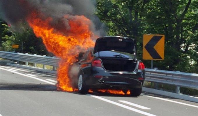 高速道路で炎上するBMWの車両=2日(江原警察庁高速道路巡察隊提供・聯合=共同)