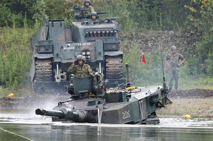 90式戦車が湖を走行、輸送車は浮...