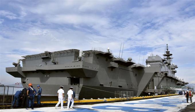1日、フィリピン北部ルソン島のスービック港に寄港した海上自衛隊の護衛艦「かが」(共同)