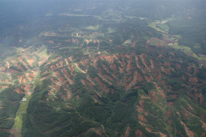 地震で発生した北海道厚真町の土砂崩れ。広範囲で土が露出し
