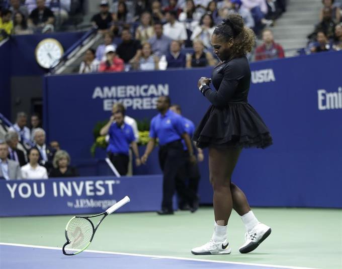 全米オープンテニスの女子シングルス決勝 大坂なおみとの対戦で、自分のラケットをコートに叩きつけ、破壊したセリーナ・ウィリアムズ=8日、ニューヨーク(AP)