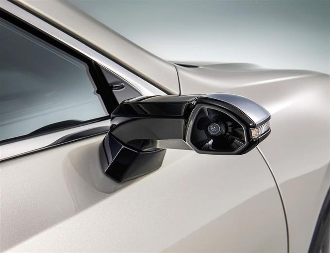 トヨタ自動車の「レクサス」の新型セダン「ES」で、サイドミラーの位置に取り付けられたカメラ
