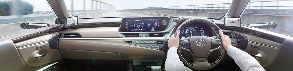 トヨタ自動車が発売する「レクサス」の新型セダン「ES」で、サイドミラーの位置にカメラが取り付けられた車内のイメージ