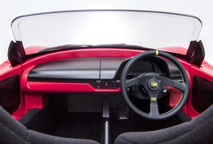 GLMのスポーツ型EV「トミーカイラZZ」の樹脂製のフロント窓(上)