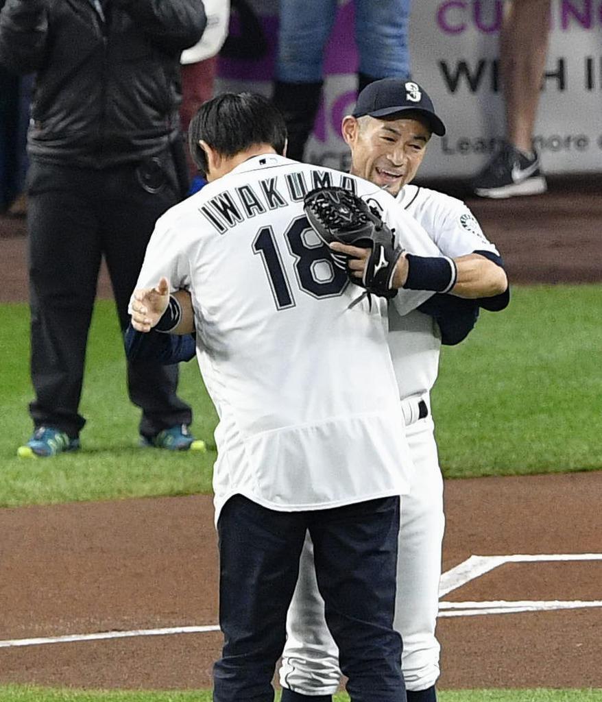 岩隈久志 始球式を務め、捕手役のイチロー(奥)と抱き合う、マリナーズ
