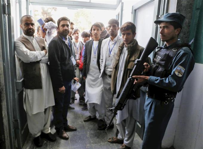 テロ厳戒下で混乱続々 アフガン...