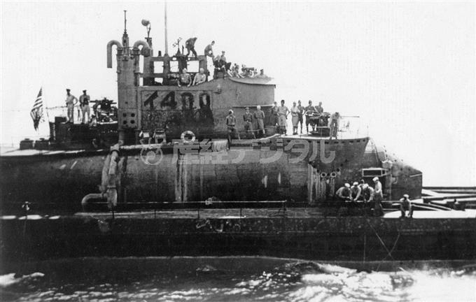 艦橋後部の旗竿に星条旗が掲揚された「伊400」。丸みをおびた飛行機格納筒や艦橋構造物の様子がわかる