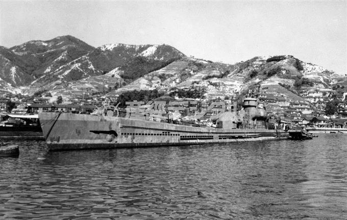 終戦後、佐世保への回航を待つ「伊401」。昭和20年10月、呉港内に係留中の姿