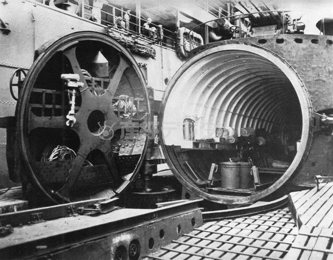 「伊400」の飛行機格納筒。扉が完全に開かれた状況で、内壁には耐圧用のフレームリングが多数取り付けられている