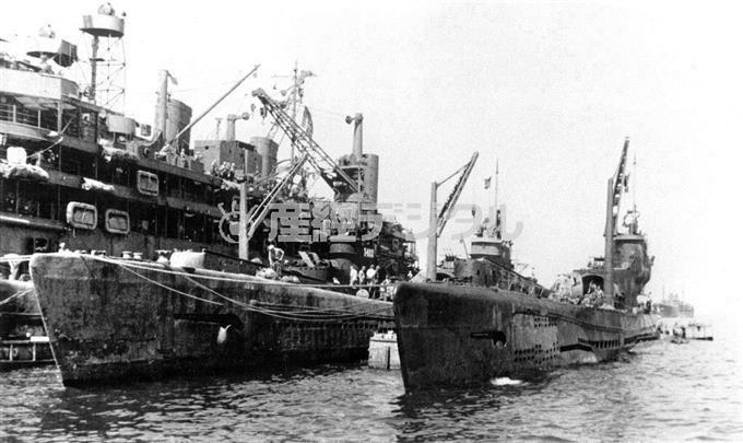 米潜水母艦「プロテウス」(左奥)に接舷した「伊401」(中央)、「伊14」