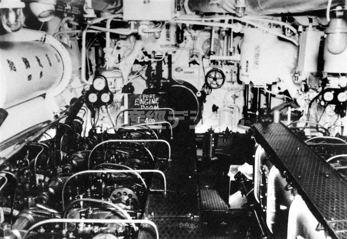 「伊400」の左舷機械室。2基のディーゼルエンジンが左右に設置されている