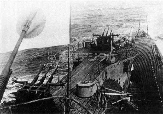 連合軍の命令により、呉から佐世保に回航する「伊402」。日章旗を掲げて航行した最後のものとなった。艦橋から後方を見たもので左端の銃身は25ミリ単装機銃
